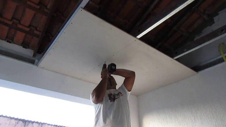 Colocando drywall no teto