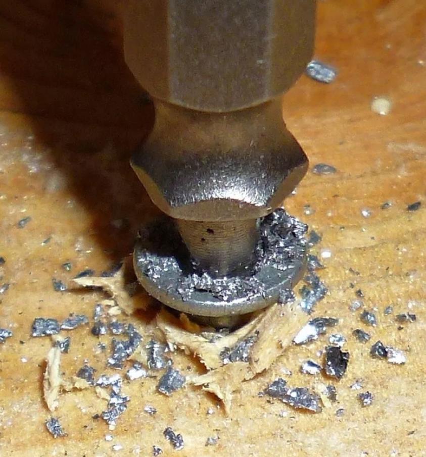 Como remover um parafuso espanado?